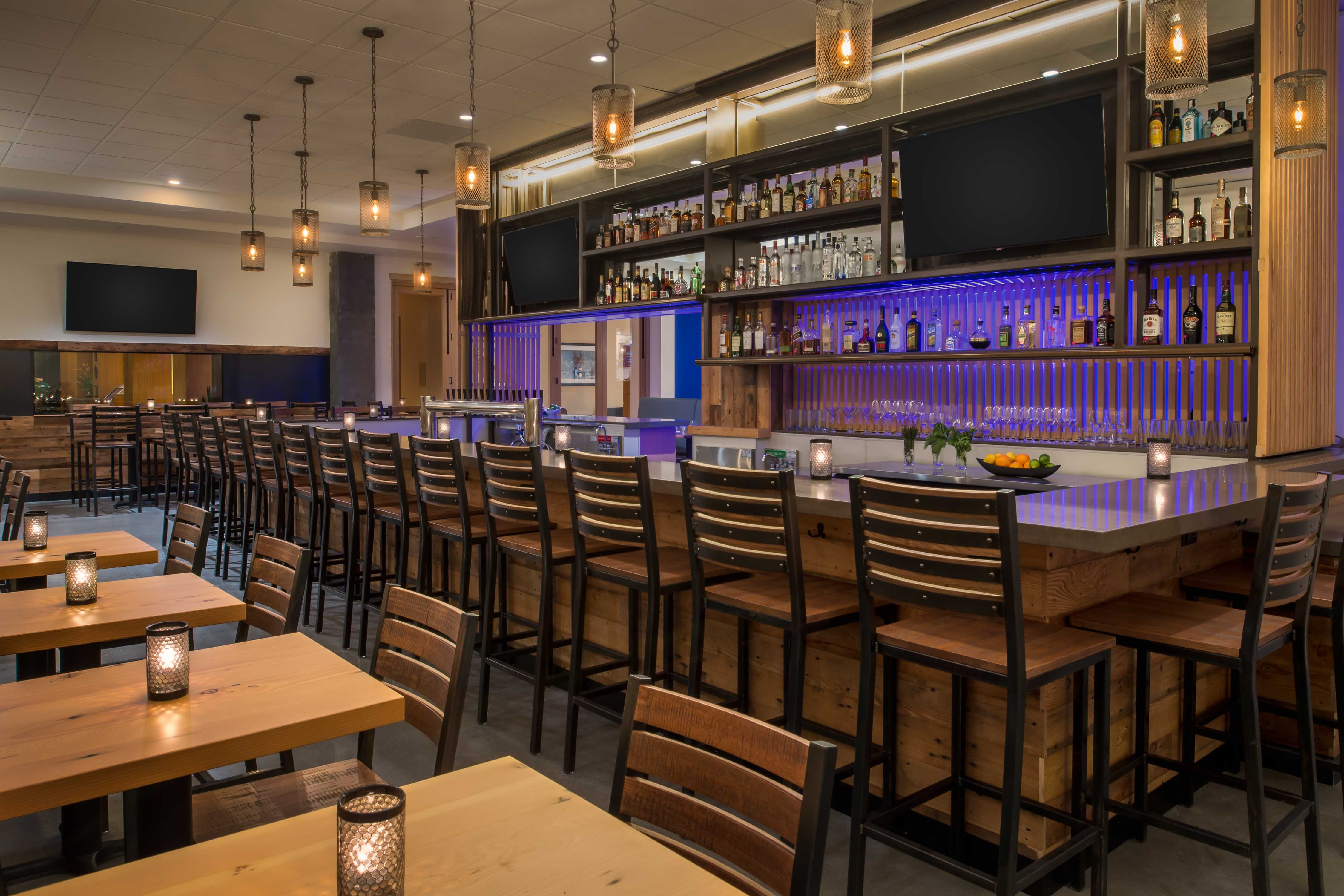 Hilton vancouver grays bar 0001 1